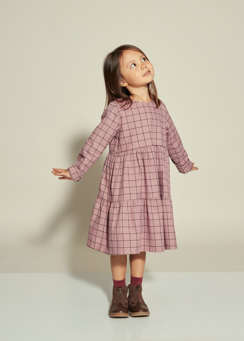 sukienka kaskadowa, sukienka w kratkę, fioletowa sukienka w kratkę
